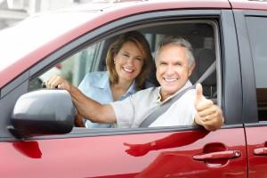Ehepaar sitzt im Auto