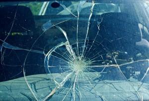 Defekte und kaputte Frontscheibe im Auto