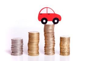 Auto auf einem Geldhaufen