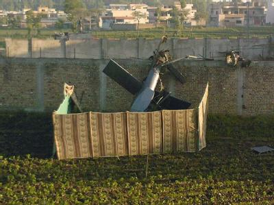 Das abgesperrte Wrack des bei der Operation gegen Osama binLaden abgestürzten und gesprengten US-Tarnkappen-Hubschraubers. (Archivfoto)