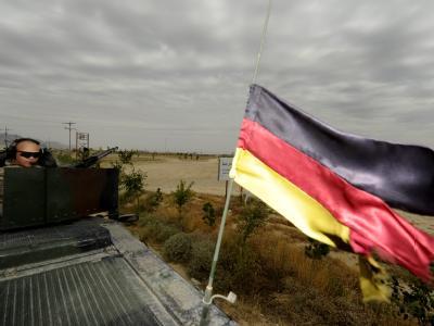Bundeswehrsoldaten sichern in Afghanistan einen Konvoi ab.