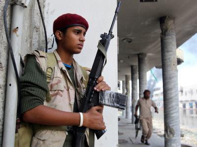 Ein Gaddafi-Gegner im umkämpften Sirte. Hier und in der Stadt Bani Walid sind die letzten Gaddafi-treuen Soldaten aktiv. Foto: Mohamed Messara