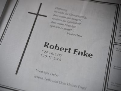 Die Traueranzeige für Robert Enke von seiner Frau Teresa in einer Tageszeitung in Hannover.