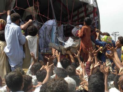 Flutopfer drängen sich am Sonntag in der pakistanischen Provinz Punjab um einen Lkw mit Hilfsgütern.