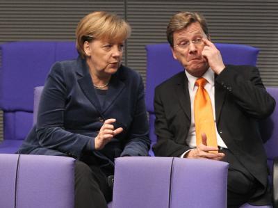 Kanzlerin Merkel während der Haushaltsdebatte mit Guido Westerwelle.