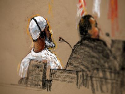 Die Gerichtszeichnung zeigt Ibrahim Ahmed Mahmud Al-Qosi mit einem Pflichtverteidiger in einem Gerichtsgebäude in Guantanamo. (Archivillustration)
