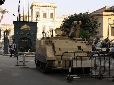 Panzer schützen den Weg zum Parlamentsgebäude in Kairo.