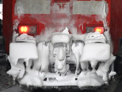 Eine verschneite Lokomotive der Deutschen Bahn. Foto: Martin Gerten/Archiv