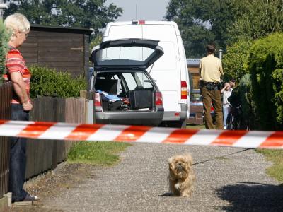 Spezialkräfte der Polizei untersuchen den Tatort.