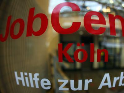 Blick durch die Glasscheibe eines Jobcenters in Köln.