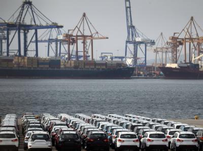 Importierte Autos im Hafen von Piräus. Ein Wachstumspaket der Bundesregierung sieht angeblich auch Sonderwirtschaftszonen vor. Foto: Orestis Panagiotou