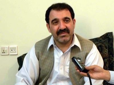 Ahmed Wali Karsai spricht am 21.08.2009 in Kandahar mit Journalisten.