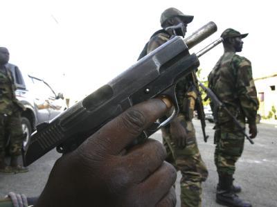 Bewaffnete Anhänger des neuen Präsidenten Ouattara bei einer Patrouille in Abidjan.