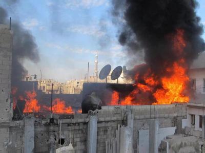 Brennende Häuser in der Protesthochburg Homs. Foto: LCC/Archiv