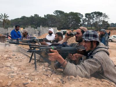 Die Aufständischen, hier die Front bei Misrata Anfang des Monats, haben ein großes Waffendepot der Regierungstruppen erobert.