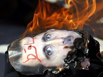 Während einer Demonstration in Istanbul gegen das Regime in Damaskus wird ein Assad-Plakat verbrannt.
