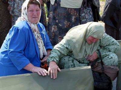 Zwei bosnische Frauen trauern um ihre bei Srebrenica ermordeten Angehörigen.