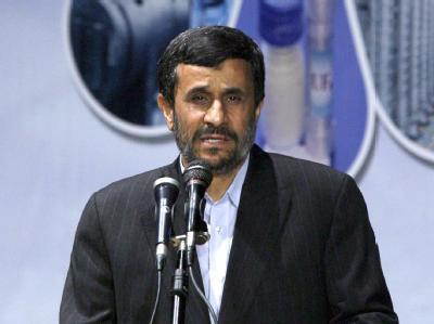 Der iranische Präsident Mahmud Ahmadinedschad laviert zwischen Drohgebärden und Gesprächsbereitschaft. Foto: Abedin Taherkenareh/Archiv