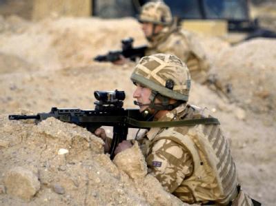 Britische Truppen haben südlich von Basra Stellung bezogen (Archivbild von 2006).