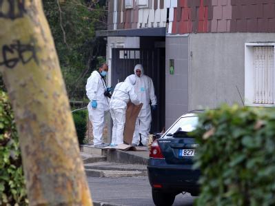Ermittler suchen Anfang April nach einem Mord im Süden von Paris nach Spuren. Foto: Pierre Verdy