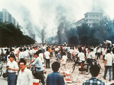 Peking 1989: Rauchsäulen, Verwüstung und ratlose Menschen. Die kommunistische Führung hatte auf dem Platz des Himmlischen Friedens ein Blutbad anrichten lassen.