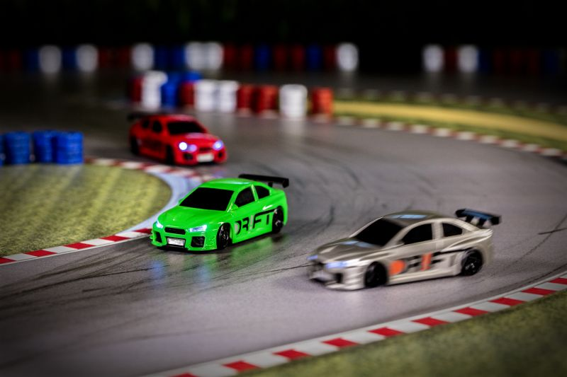 Mit den DR!FT-Racern werden dank modernster Computertechnologie die originalgetreuen Fahreigenschaften von Rennwagen perfekt simuliert.