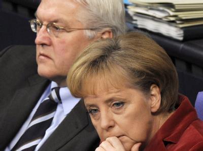 Noch-Koalitionäre: Außenminister Steinmeier und Bundeskanzlerin Merkel im Bundestag.