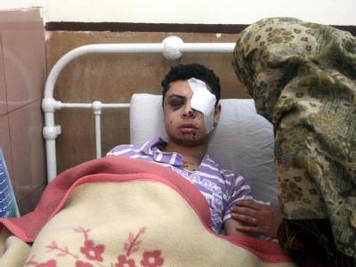 Eine Ägypterin kümmert sich um einen bei den jüngsten Demonstrationen verletzten Verwandten.