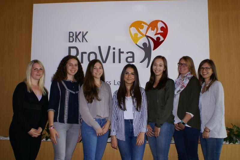 Die neuen Auszubildenden der BKK ProVita und ihre Betreuerinnen (von links nach rechts): Sabrina Smolarczyk, Verena Römmelt, Sabrina Mayr, Azize Akyar, Julia Ganther, Beatrice Kretzler und Nathalie Morice.