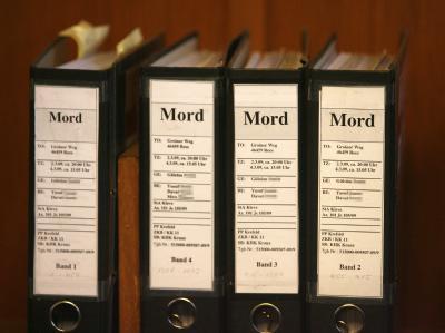 Akten zu Beginn des sogenannten Ehrenmord-Prozesses im Landgericht in Kleve.
