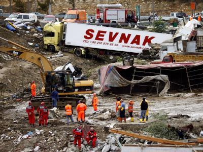 Rettungskräfte in Istanbul vor von den Wassermassen mitgerissenen Lastwagen.