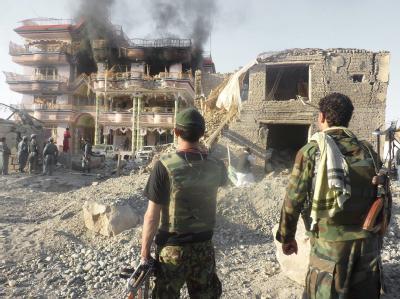 Afghanische Soldaten am Ort des Anschlags in Kundus.