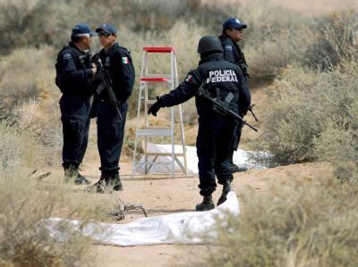 Mexikanische Bundespolizisten an einem Fundort von Opfern der Drogenmafia (Archivbild). Auch Journalisten leben in Mexiko gefährlich.