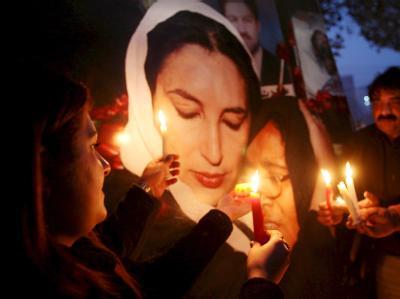 Anhänger von Benazir Bhutto mit einem Bild der Ermordeten. (Archivbild)