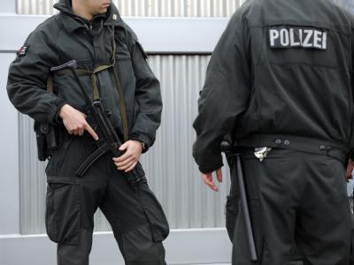 Polizisten sichern die Einfahrt des Oberlandesgerichts in Düsseldorf. (Archivbild)