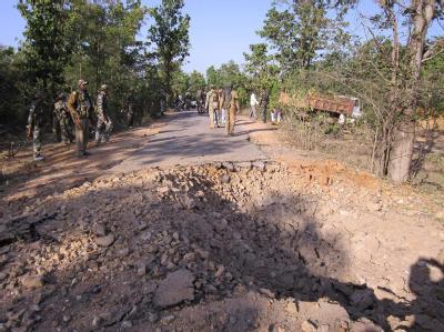 Sicherheitskräfte Ende Januar am Ort eines Maoisten-Anschlags in Indien. Nun haben die Terroristen erstmals Touristen entführt. Foto: epa/str