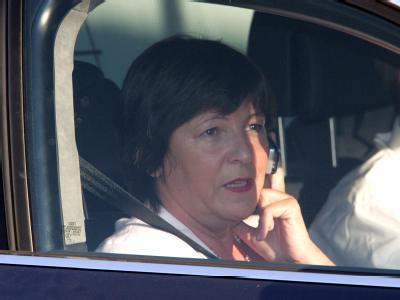 Ministerin Ulla Schmidt auf dem Beifahrersitz eines Autos. (Archivfoto)