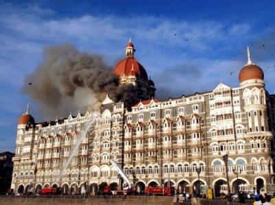 Eine Rauchwolke steigt im November 2008 aus dem Taj Mahal Hotel in Mumbai.