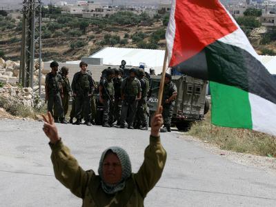 Eine Palästinenserin protestiert gegen den israelischen Sperrzaun. Archivbild: Abed Al Hashlamoun