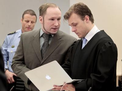 Breivik in einem Gespräch mit einem Mitglied seines Verteidiger-Teams. Foto: Hakon Mosvold Larsen