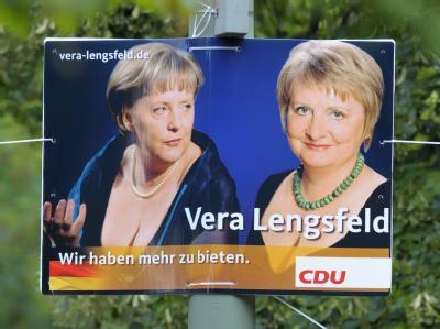 Ein Wahlplakat mit dem Bild der Berliner CDU-Direktkandidatin für den Wahlkreis Friedrichshain-Kreuzberg, Vera Lengsfeld, und der Kanzlerin.