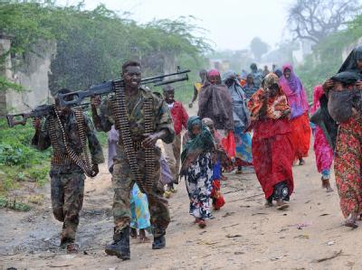 Eskortiert von Soldaten werden somalische Frauen und Kinder zum Lager einer Hilfsorganisation in Mogadischu gebracht.