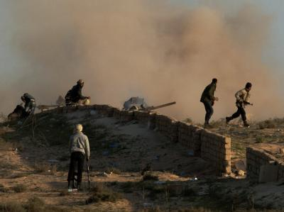 Libysche Rebellen während eines Kampfes mit Soldaten des Gaddafi-Regimes. (Archivbild)