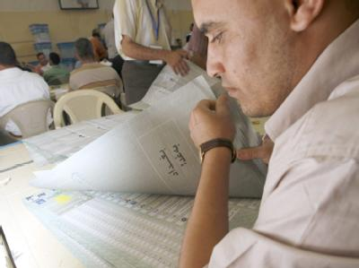 Ein Wahlhelfer bei der Auszählung der Stimmen.