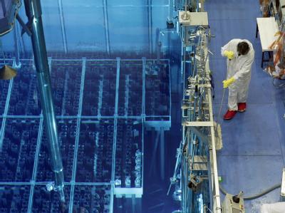 Ein Mitarbeiter des Atomkraftwerks Krümmel neben dem Brennelementelagerbecken.