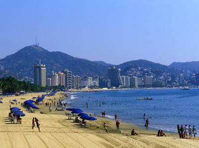 Hinter dem Strand von Acapulco ist die Skyline der Stadt zu sehen (Archivbild). Für 20 Touristen endete der Besuch in dem Urlaubsparadies vor einigen Wochen tödlich.