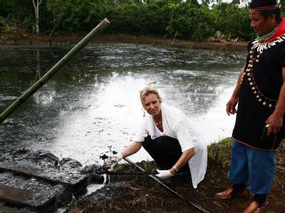 Probenentnahme an einem durch Öl verschmutzten Fluss in Ecuador. (Archivbild)