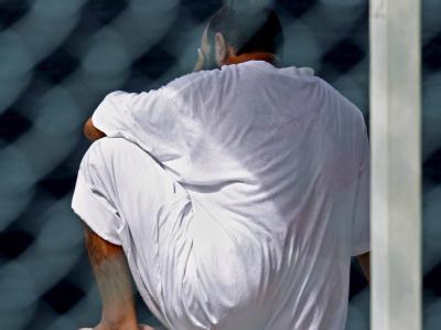 Ein Häftling in einem Zellenblock auf dem US-Marinestützpunkt Guantanamo Bay auf Kuba. (Archivfoto)
