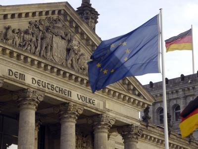 Die Europafahne vor dem Hauptportal des Reichstagsgebäudes in Berlin. Foto: Karlheinz Schindler/Archiv