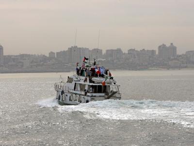 Ein Schiff mit der palästinensischen Flagge vor der Küste von Gaza. (Archivbild)